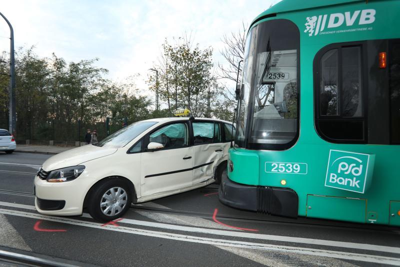 Straßenbahn kollidiert mit Taxi