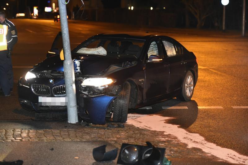 BMW fährt gegen Ampel