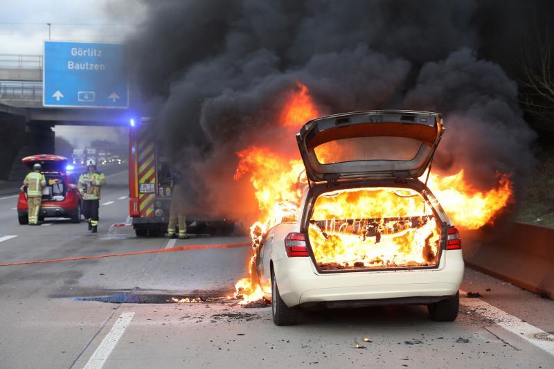 Taxi brennt lichterloh auf der Autobahn