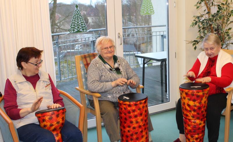 Trommeln weckt Lebensfreude und Energie bei Senioren