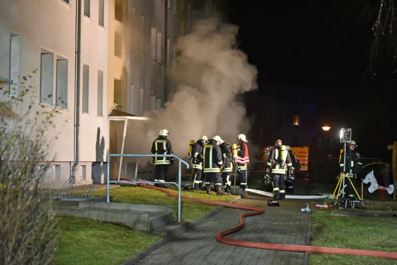 Feuer in Wohnblock: Feuerwehr muss Mieter evakuieren