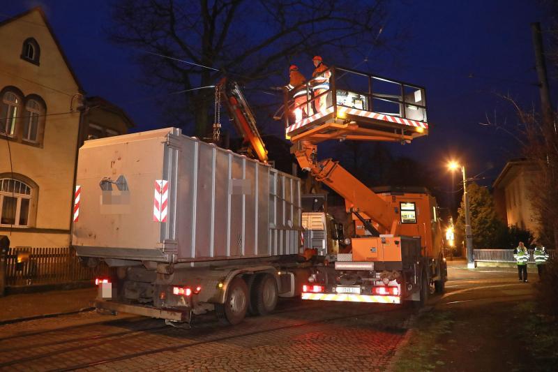 LKW reißt Oberleitung der Straßenbahn herunter