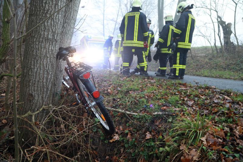 Radfahrerin stürzt Abhang herunter