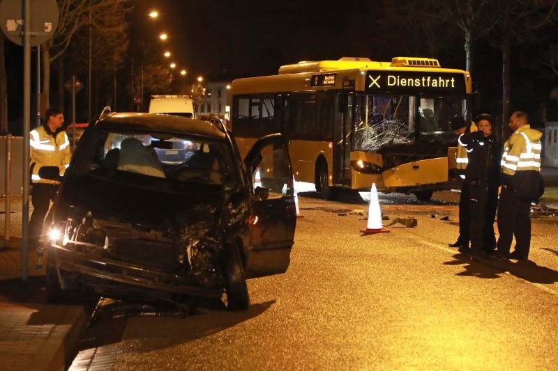 Linienbus kollidiert mit PKW  2 Verletzte
