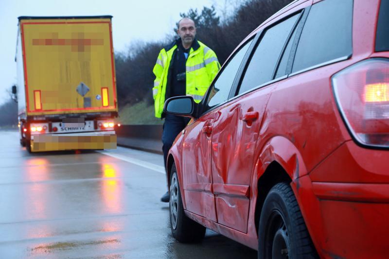 PKW kollidiert LKW auf der Autobahn