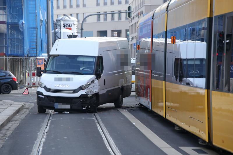 Transporter kollidiert mit Straßenbahn