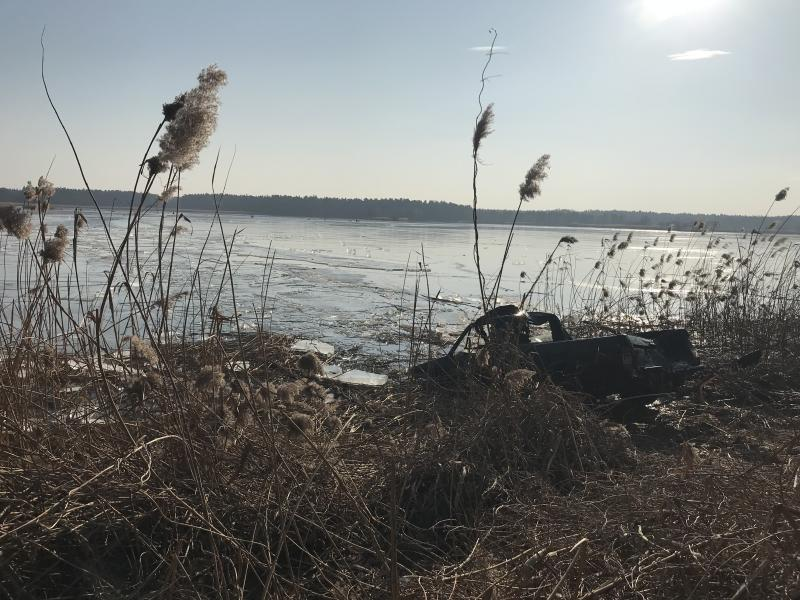 PKW fährt auf Teich und bricht ein