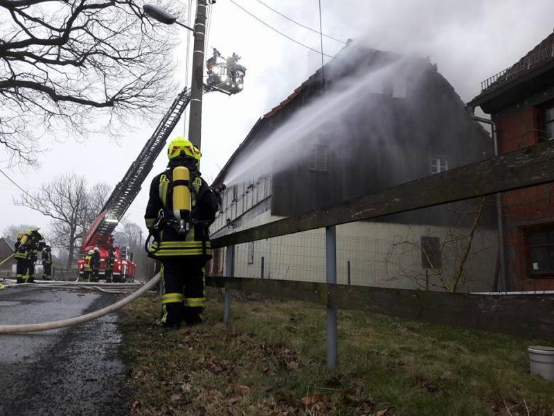 PKW und Dachstuhl in Brand