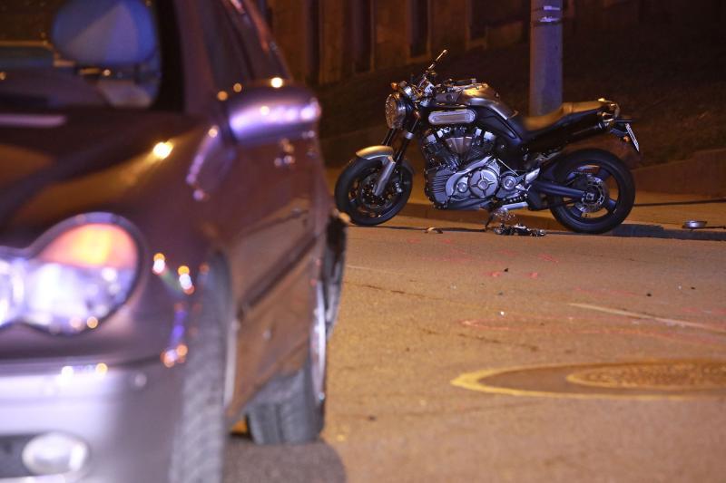 Motorrad kollidiert mit PKW
