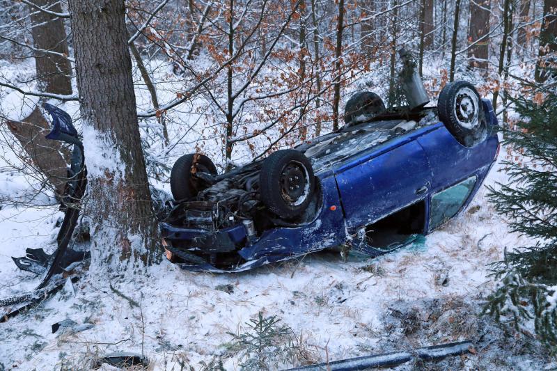 PKW bei winterlichen Straßenverhältnissen überschlagen