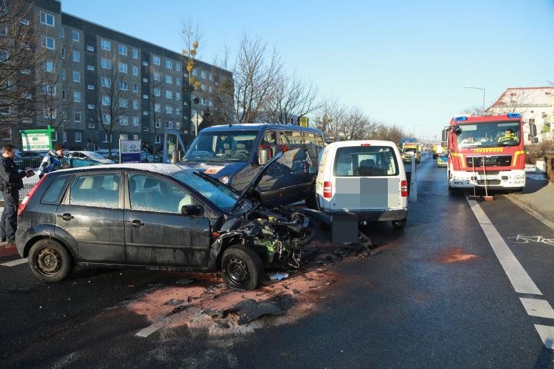 3 Fahrzeuge kollidieren auf der Lommatzscher Straße