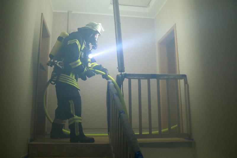 Feuerwehr simuliert Wohnungsbrand