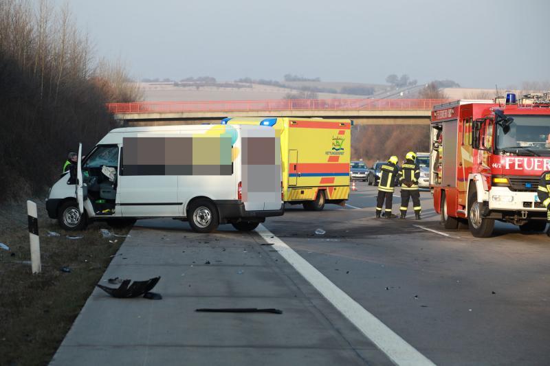 Kleinbus prallt in Sattelzug  5 Verletzte