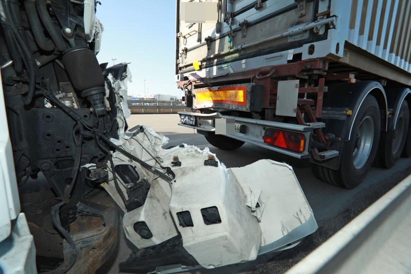 2 Sattelzüge kollidieren auf Autobahn