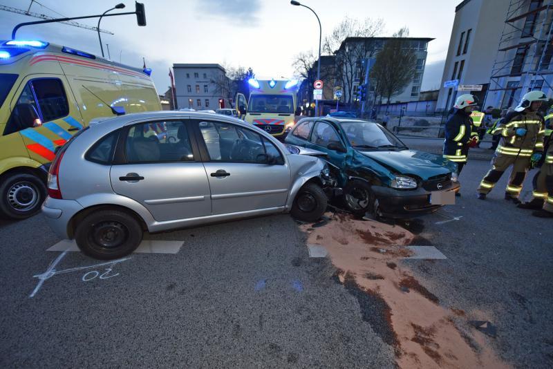 Schwerer Kreuzungscrash mit 4 Verletzten