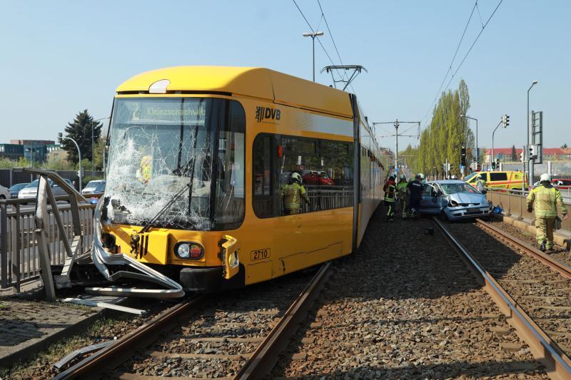PKW kollidiert mit Straßenbahn