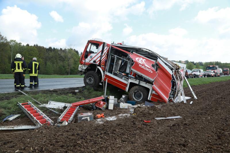 Tanklöschfahrzeug auf der Bundesstraße überschlagen