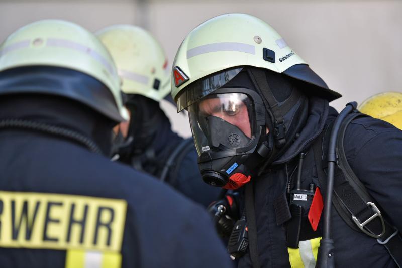 Scheunenbrand mit vermissten Personen: Feuerwehr und SEG trainieren Ernstfall