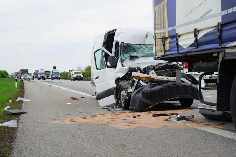 Nach schwerem Unfall  Sprinter-Fahrer in Klinik verstorben