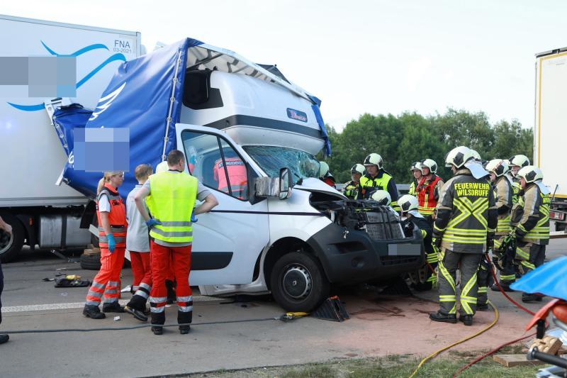 Unfall mit 2 LKW und einem Transporter