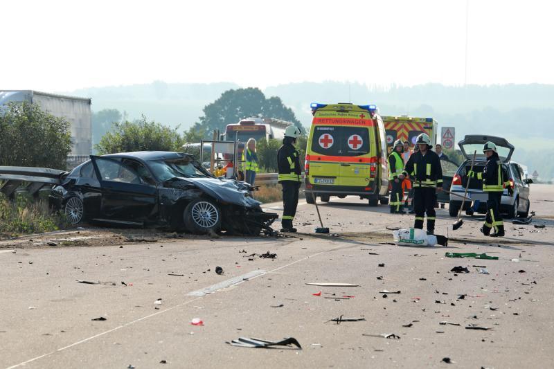 4 Fahrzeuge kollidieren auf der Autobahn