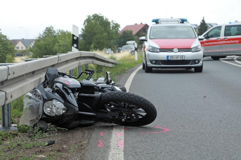 Motorradfahrer kollidierte mit Leitplanke  1 Toter