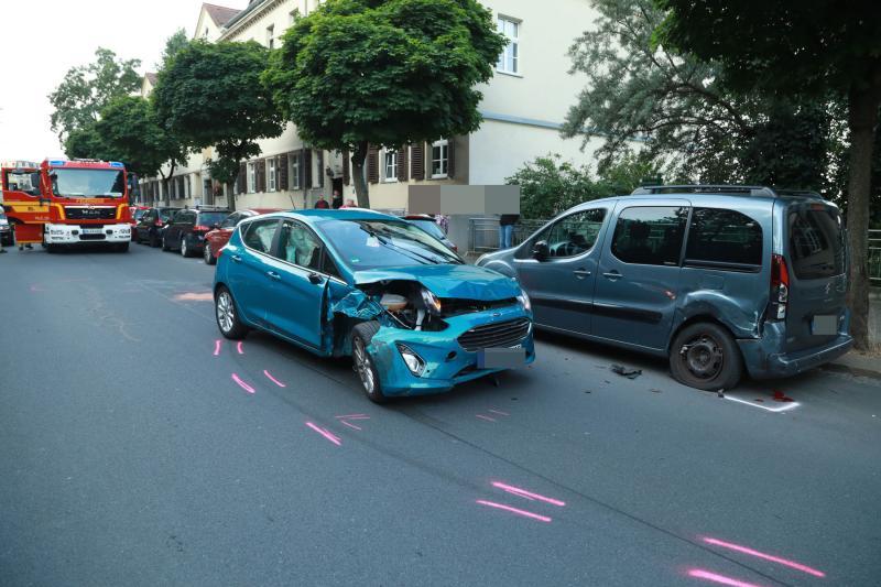 PKW kollidiert mit parkenden Autos
