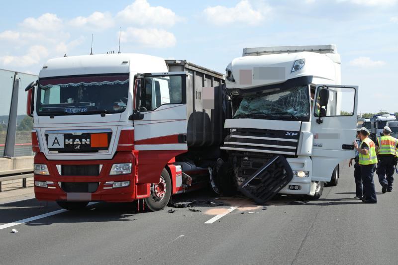 2 LKW kollidieren auf der Autobahn