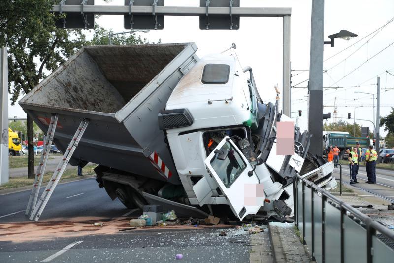 LKW prallte gegen Oberleitungsmast  1 Toter