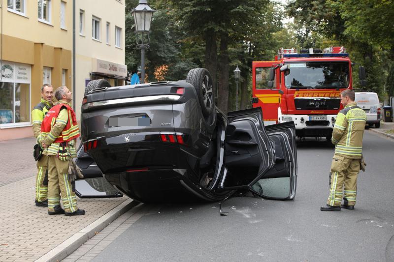 PKW kippt nach Zusammenstoß mit parkendem Auto um
