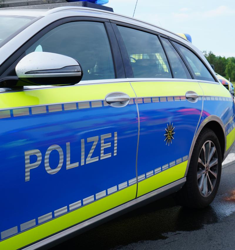 Mann bedroht Passanten vor dem Bahnhof  Zeugen gesucht