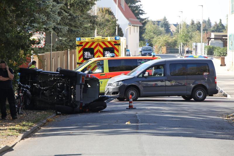 Geländewagen nach Kollision umgekippt