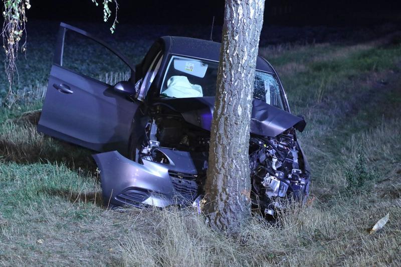 PKW prallt gegen Baum  1 Schwerverletzter