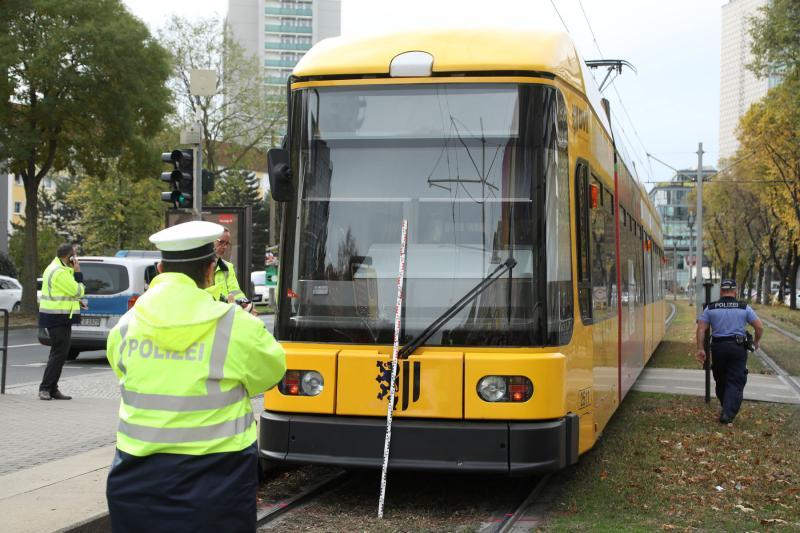 Straßenbahn erfasst Fußgängerin