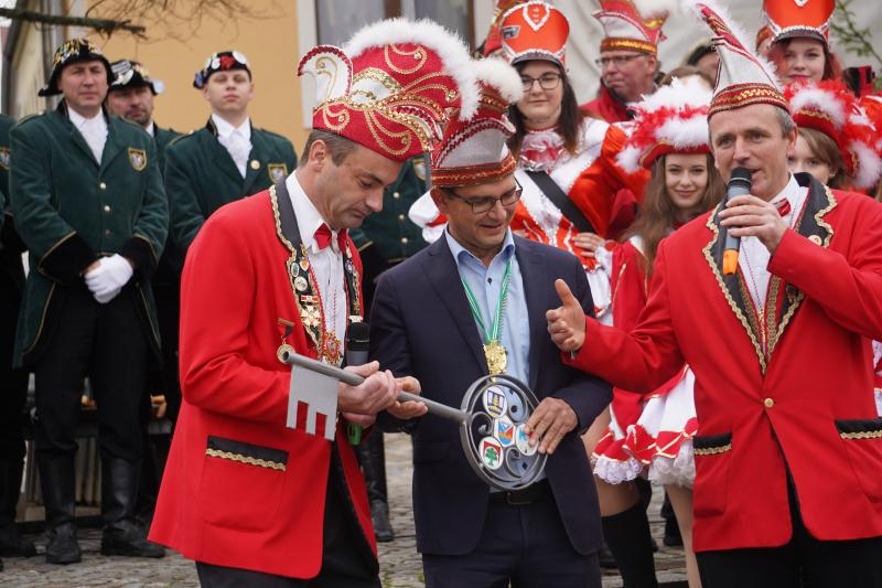 Faschingsauftakt  Bürgermeister übergibt den Rathausschlüssel