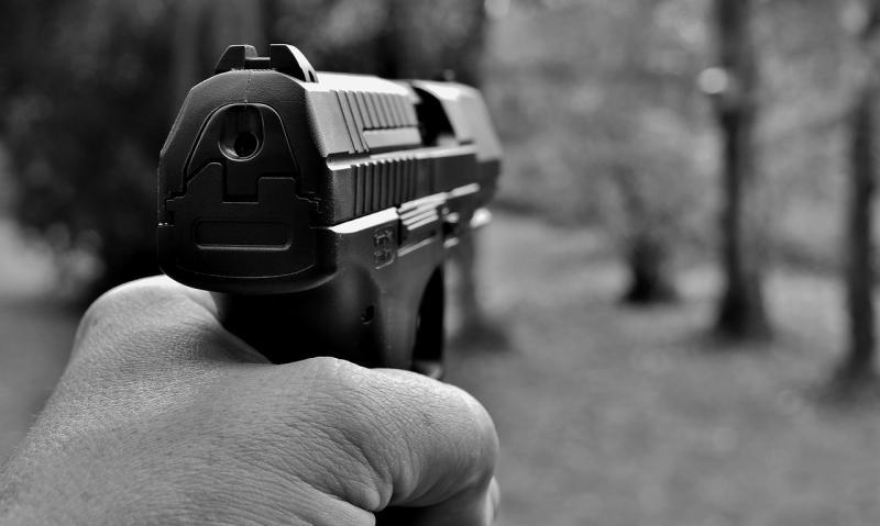 Mann bedroht Familie mit Pistole