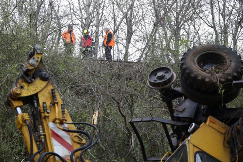 Bagger stürzte vom Bahndamm  2 Verletzte