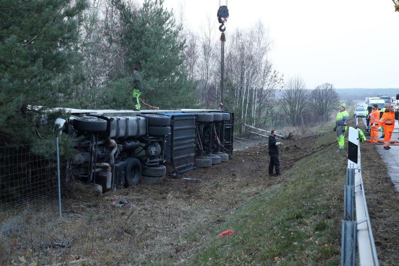 A13   Sattelzug fuhr in den Straßengraben und kippte um