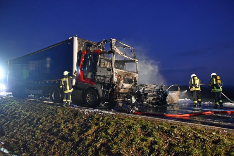 PKW kollidiert frontal mit LKW  Beide brennen aus