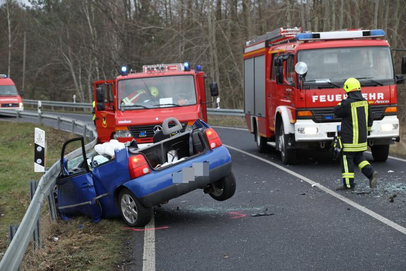 2 Fahrzeuge kollidierten frontal bei Steinbach