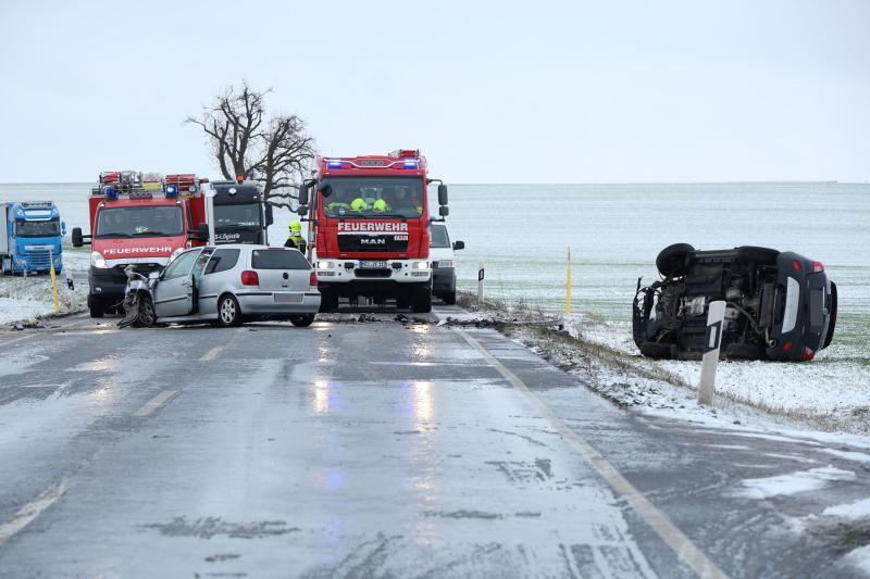 PKW kollidierten frontal auf der Bundesstraße: 3 Schwerverletzte