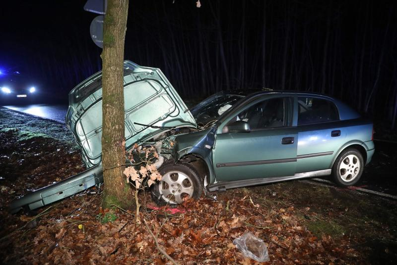 Betrunkener fährt Auto gegen Baum