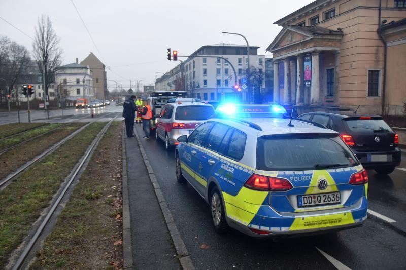 An Ampelkreuzung: Opel fährt auf VW auf