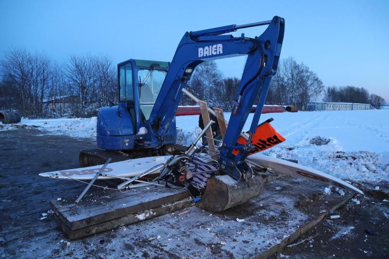 Eigenbau-Motorschlitten kollidierte mit Bagger  1 Toter