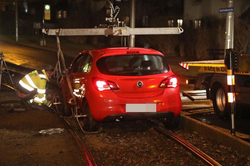 PKW blieb im Gleisbett stecken