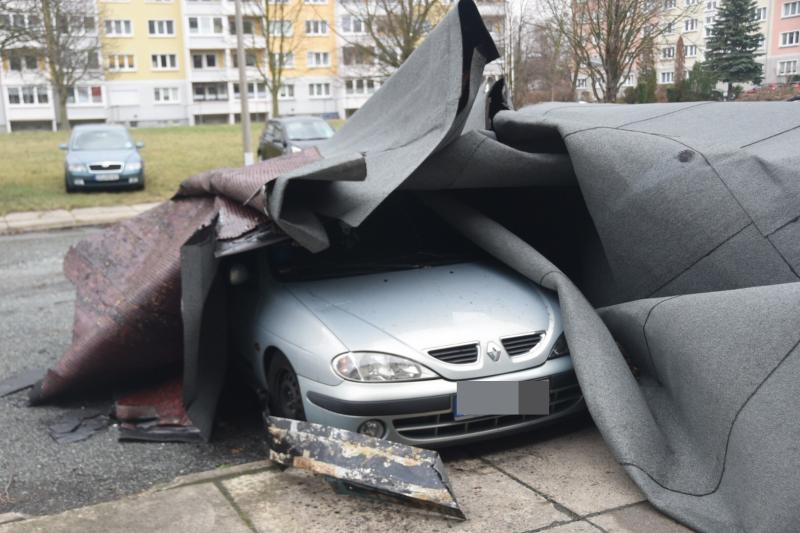 Tagbilder: Dach eines Wohnblocks abgedeckt