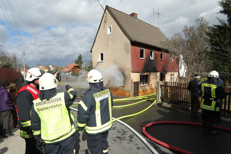98-jährige muss zusehen wie ihr Haus abbrennt