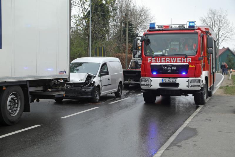 Kastenwagen prallte auf bremsenden Sattelzug