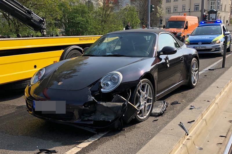 Porsche prallte gegen Verkehrsschild  Fahrerin unter Alkohol