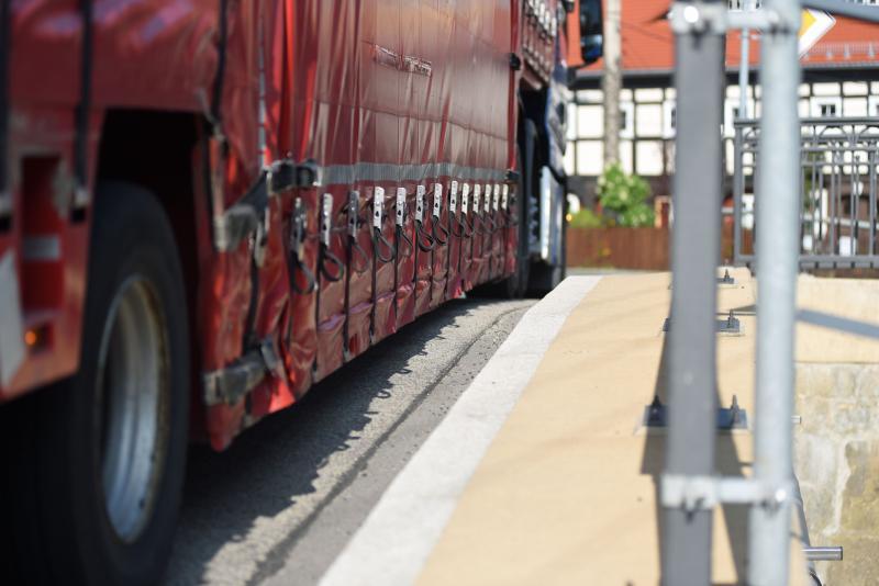 Brummi bleibt auf Brücke hängen: Stundenlange Bergungsarbeiten
